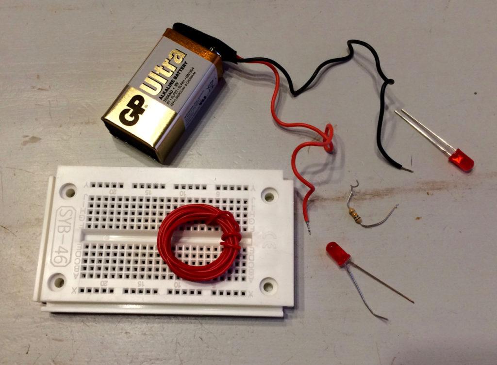 Innehållet i lucka 1-5 (batteriet ingår inte).
